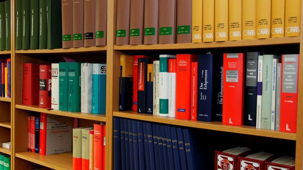 bookcase 335849 1920 2 990x556 - Unzufrieden mit dem Anwalt – kein Geld zurück trotz Kündigung?