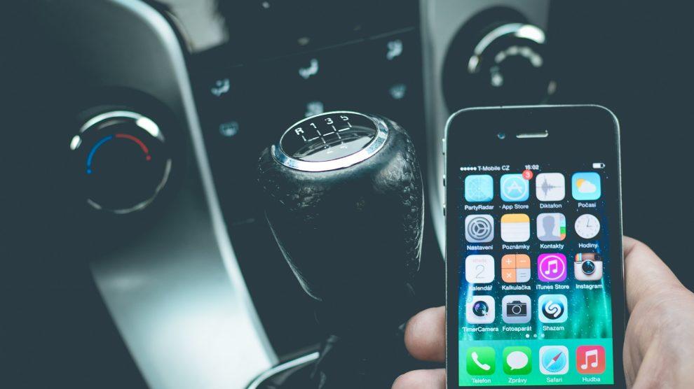 smartphone 1285344 1920 990x556 - Geblitzt mit dem Handy am Steuer - Folgen und Kosten!