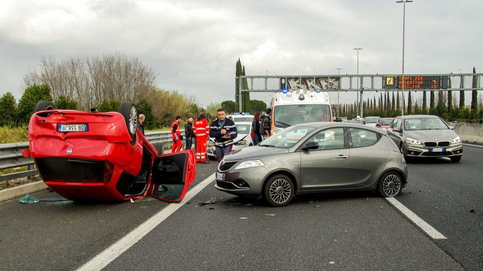 car accident 2165210 1920 990x556 - Gaffen- strafrechtliche Folgen für Schaulustige