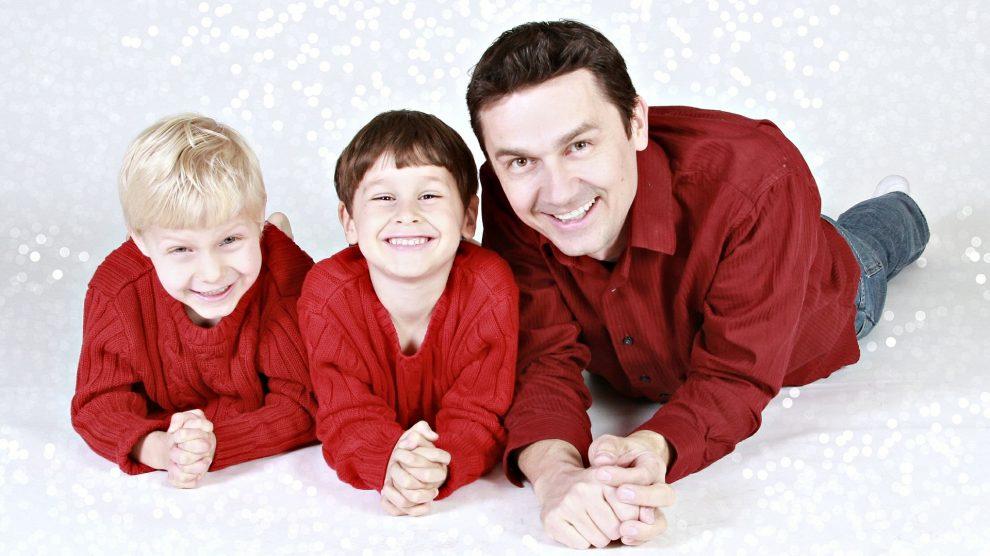 family 557108 1920 990x556 - Umgangsregelung – Welches Elternteil darf mit den Kindern Weihnachten verbringen ?