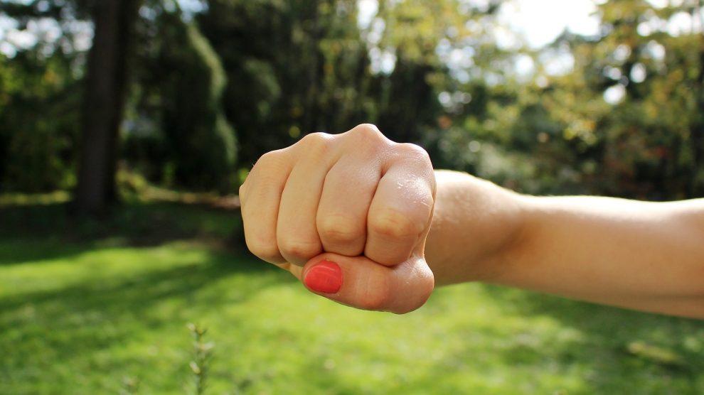 fist bump 1195446 1920 990x556 - Körperverletzung - strafrechtliche Folgen !