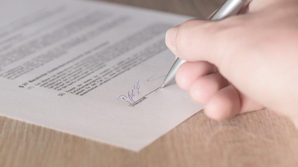 contract 1464917 1920 990x556 - Arbeitsvertrag – Schriftform erforderlich?